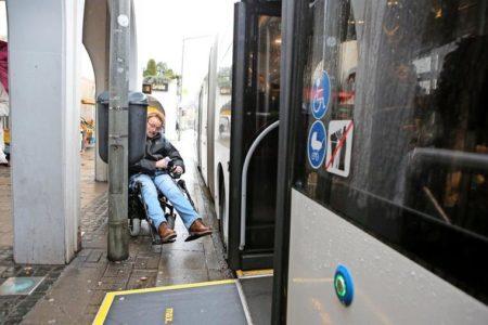 Hier wird's immer wieder mal eng: Haltestelle am Kaufhof. Wenn der Bus mit der Tür in Höhe der Laterne stehen bleibt, haben Rollstuhlfahrer ein Problem. Quelle: Boris Baschin