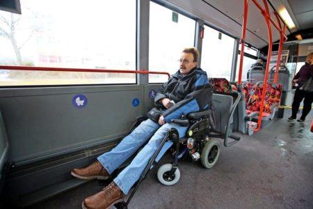 Im Bus braucht Detlef Huhnholt viel Platz für seine Beine. Quelle: Boris Baschin
