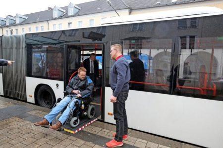 Wichtig: Das Ausklappen der Rampe übernimmt der Busfahrer. Quelle: Boris Baschin